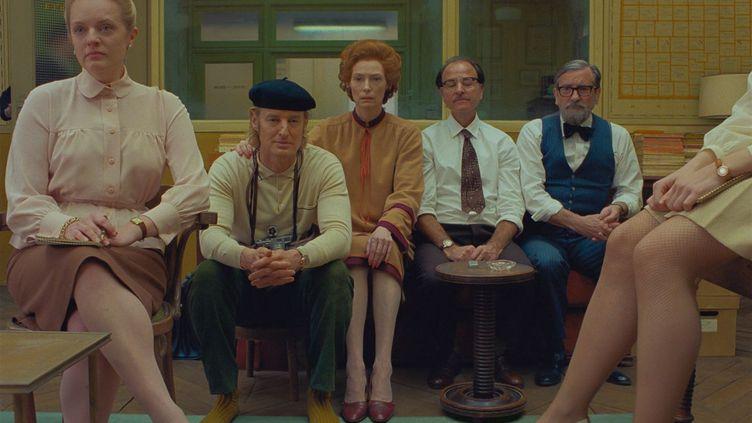 (De gauche à droite) : Elisabeth Moss, Owen Wilson, Tilda Swinton, Fisher Stevens et Griffin Dunne sont réunis dans le dernier long métrage de Wes Anderson. (The Walt Disney Company France / ALLOCINÉ)