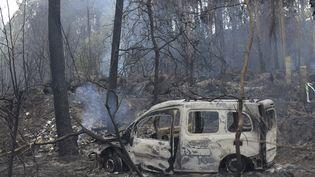 Un camionbrûlé après un incendie près de Chandebrito, en Galice (Espagne), le 16 octobre 2017. (MIGUEL RIOPA / AFP)