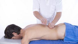 Les salons de massage fleurissent à Paris. Ils n'étaient qu'une centaine en 2009. Il y en a désormais plus de 300 dans la capitale. (MICHAELA BEGSTEIGER / IMAGEBROKER RF / GETTY IMAGES)