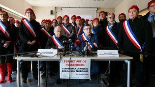 Assis, derrière la table, le maire de Fessenheim Claude Brender (à gauche) et le président de la communauté de communes Gérard Hug (à droite). Avec des élus des environs de la centrale de Fessenheim opposés à l'arrêt des réacteurs. Samedi 20 février 2020. (SEBASTIEN BOZON / AFP)