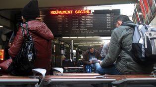 Des personnes attendent leur train à la gare Montparnasse à Paris. (Photo d'illustration) (MAXPPP)