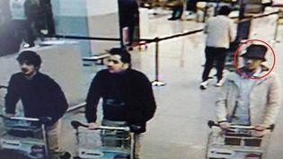 L'homme à droite sur la photo, aux côtés d'Ibrahim El Bakraoui etNajim Laachraoui, deux kamikazes identifiés de l'attentat de l'aéroport de Bruxelles le 22 mars 2016, est toujours recherché. (REUTERS)