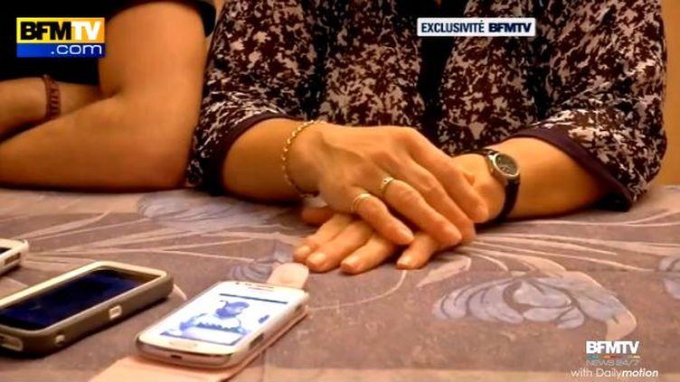 Capture d'écran de la vidéo de BFMTV où Ana Dos Santos, la mère du jihadiste Mickaël Dos Santos, explique qu'elle ne reconnaît pas son fils sur la vidéo de l'EI. (BFMTV)