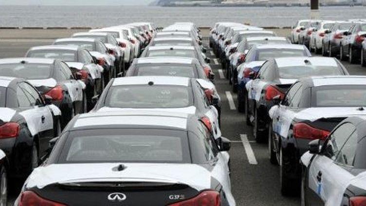 Voitures japonaises attendant d'être embarquées sur un cargo près de Tokyo. (TOSHIFUMI KITAMURA / AFP)
