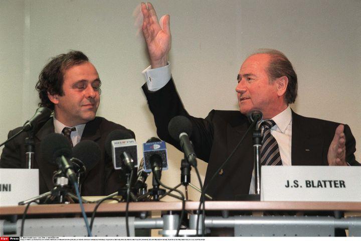Michel Platini et Sepp Blatter, à l'époque de l'entente cordiale, en janvier 1998 à Paris. (NEBINGER / SIPA)