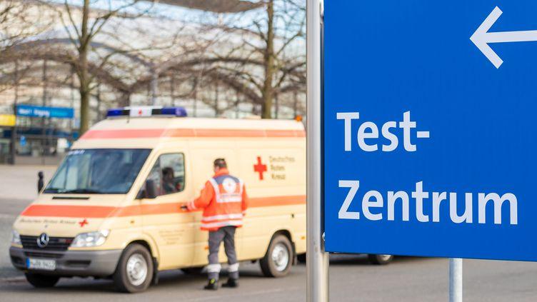 Un panneau qui indique la présence d'un centre de dépistage au coronavirus Covid-19 à Hanovre, en Allemagne, le 17 mars 2020. (MORITZ FRANKENBERG / DPA)