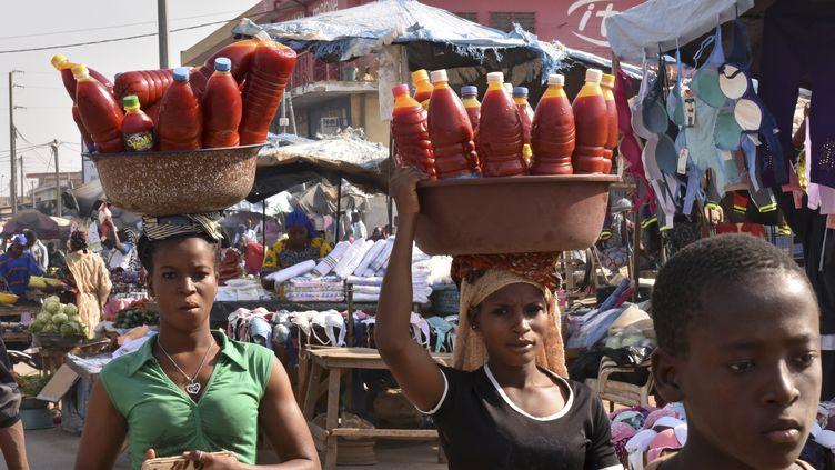 Scène de vie quotidienne au marché de Bouaké en Côte d'Ivoire. Le site est en plein air depuis l'incendie de 1998. (SIA KAMBOU / AFP)