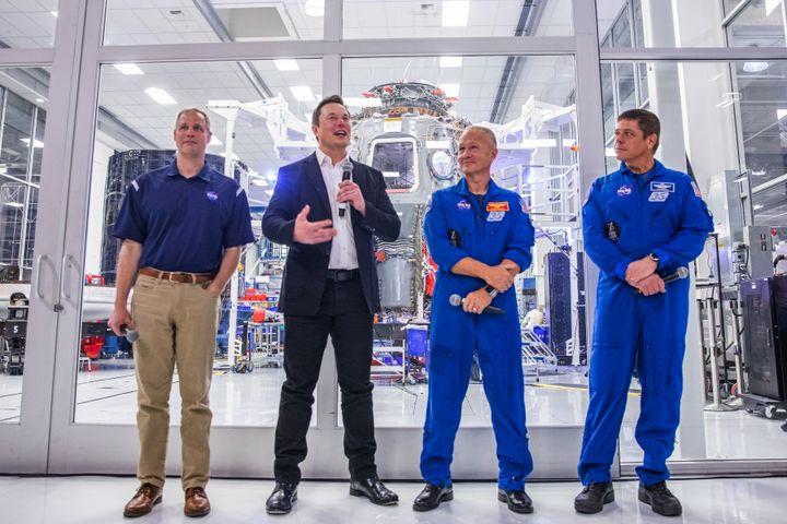 Elon Musk (en noir), patron de SpaceX, en conférence de presse avec Jim Bridenstine (à g.), administrateur de la Nasa, et les astronautes Douglas Hurley et Robert Behnken, le 10 octobre 2019 dans les locaux de SpaceX, à Hawthorne (Californie, Etats-Unis). (PHILIP PACHECO / AFP)