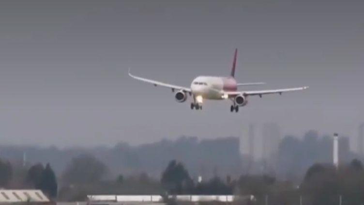 Un avion de ligne en difficulté à son atterrissage à Birmingham (Royaume-Uni) le 9 février 2020, lors de la tempête Ciara. (COLERAINEMETEO / FRANCEINFO)