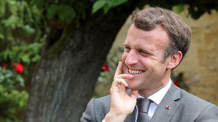 Le Président Emmanuel Macron écoute l'acteur français Fabrice Luchini lisant une fable de La Fontaine, à Château-Thierry, le 17 juin 2021 (PASCAL ROSSIGNOL / POOL)