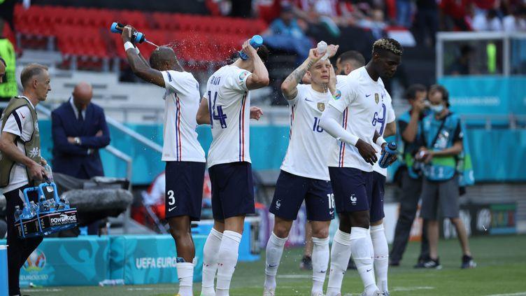 L'équipe de France se rafraîchit lors du match disputé contre la Hongrie sous une chaleur étouffante à Budapest, le 19 juin 2021. (LP/OLIVIER ARANDEL / MAXPPP)