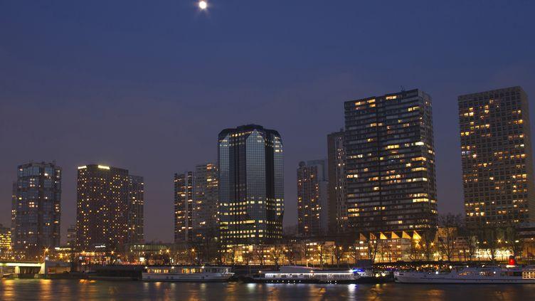 Le front de Seine, à Paris. A partir du 1er juillet 2013, les règles de l'éclairage nocturne des bureaux et commerces changent. (JACQUES LOIC / AFP)