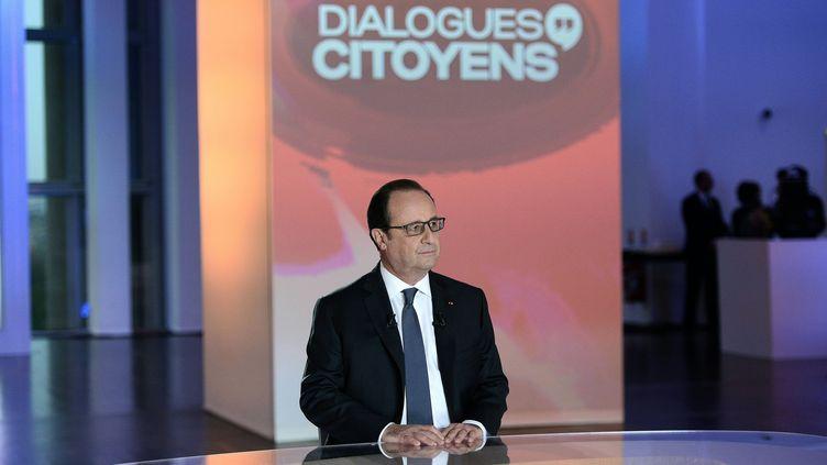 """Le président de la République sur le plateau de l'émission de France 2 """"Dialogues citoyens"""", le 14 avril 2016 à Paris. (STEPHANE DE SAKUTIN / AFP)"""