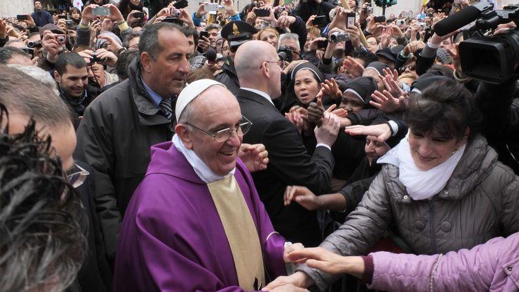 Le pape François prend un bain de foule avant de prononcer son premier angélus,dimanche 17 mars, au Vatican. (SPAZIANI / OLYCOM / SIPA)