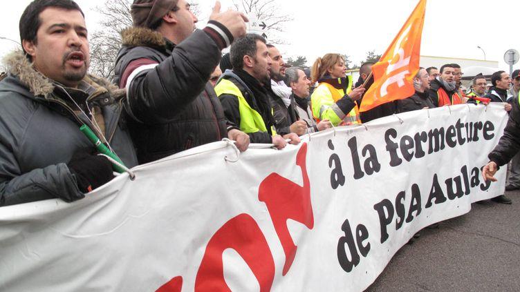 Des salariés grévistes de l'usine PSA d'Aulnay-sous-Bois (Seine-Saint-Denis) manifestent le 23 janvier 2013 à Flins-sur-Seine (Yvelines). (MAXPPP)