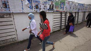 Panneaux électoraux pour les législatives à Alger le 9 mai 2012. (ZOHRA BENSEMRA / REUTERS)