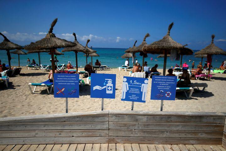 Des pancartes rappellent les mesures deprotection sanitaire en vigueur sur les plages espagnoles, à Palma de Malloca, le 15 août 2020. (ENRIQUE CALVO / X03154)