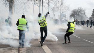 """Des """"gilets jaunes"""" devant l'Assemblée nationale, à Paris, le 9 février 2019. (ZAKARIA ABDELKAFI / AFP)"""