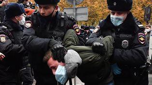 Des policiers russes arrêtent un homme lors d'une manifestation le 4 novembre 2020. (YURI KADOBNOV / AFP)