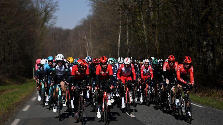 Le peloton de Paris-Nice 2021 dans la vallée de Chevreuse lors de la première étape le dimanche 7 mars (Anne-Christine POUJOULAT / AFP) (ANNE-CHRISTINE POUJOULAT / AFP)
