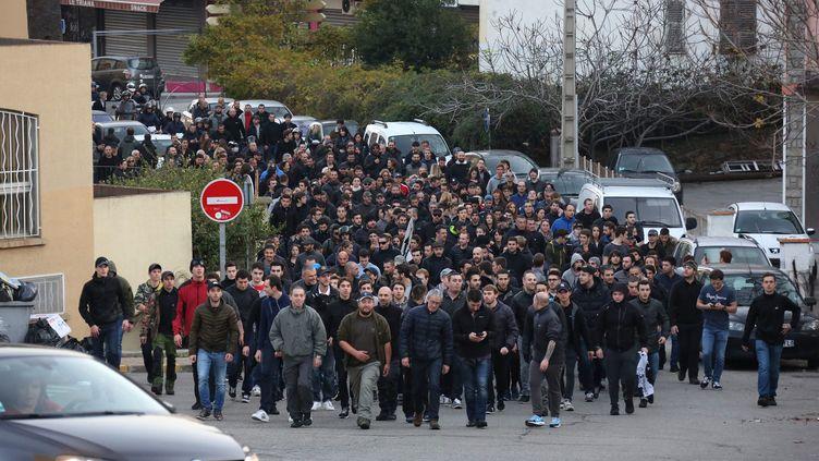 """Des manifestants défilent dans les rues d'Ajaccio (Corse du Sud) aux cris de """"On est chez nous"""" et """"Les Arabes dehors"""", le 26 décembre 2015. (MAXPPP)"""