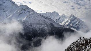 Une avalanche provoquée par le puissant séisme qui s'est produit samedi 25 avril 2015 au Népal a en partie enseveli le camp de base sur le versant népalais de l'Everest et coûté la vie àau moinshuit personnes. (ROBERTO SCHMIDT / AFP)