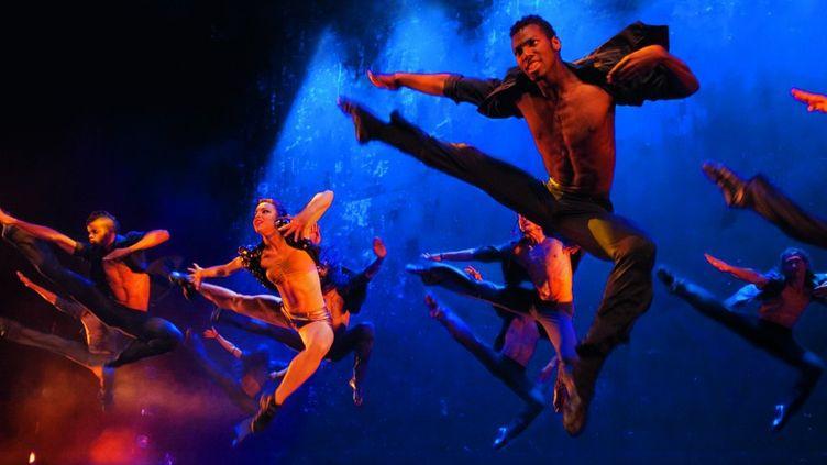 Les 19 danseurs du Ballet Revolucion de retour au Casino de Paris. Il y a du déhanchement dans l'air...  (Nilz Boehme)