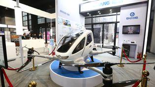 Un EHang 184, le premier véhicule aérien autonome (AAV) entièrement électrique capable de transporter un passager fabriqué par le chinois EHang, présenté au public dans la ville de Wuzhen,le 2 décembre 2017. (NI YANQIANG / IMAGINECHINA)
