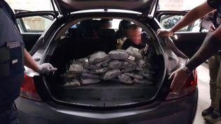 La drogue était cachée dans le coffre de la voiture. (DOUANE FRANÇAISE)