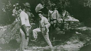 Victor Segalen traversant un gué à Tahiti (collection particulière)
