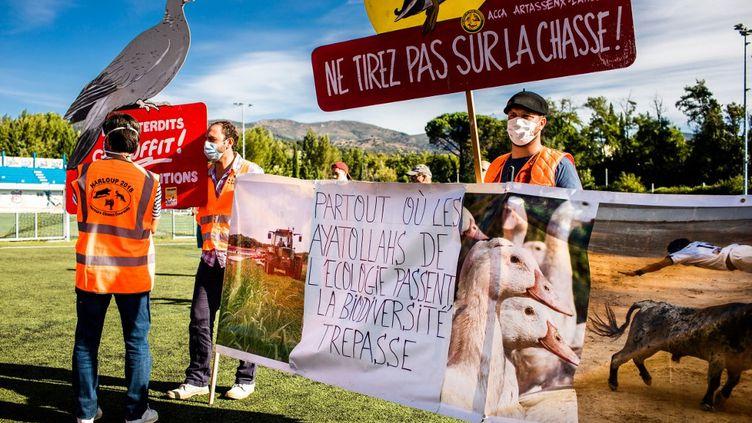 Deschasseurs manifestent contre l'interdiction de la chasse à glu, à Prades (Pyrénées-Orientales), le 12 septembre 2020. (JEAN-CHRISTOPHE MILHET / HANS LUCAS / AFP)