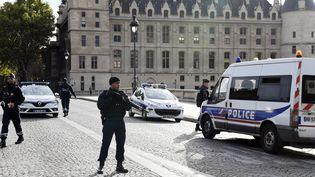 Des policiers montent la garde près de la préfecture de police de Paris le 3 octobre 2019, après l'attaque au couteau de Mickaël Harpon. (BERTRAND GUAY / AFP)