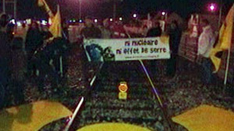 Le militant de Greenpeace s'était entravé dimanche soir sur les rails à la gare maritime de Cherbourg (Manche). (F2)