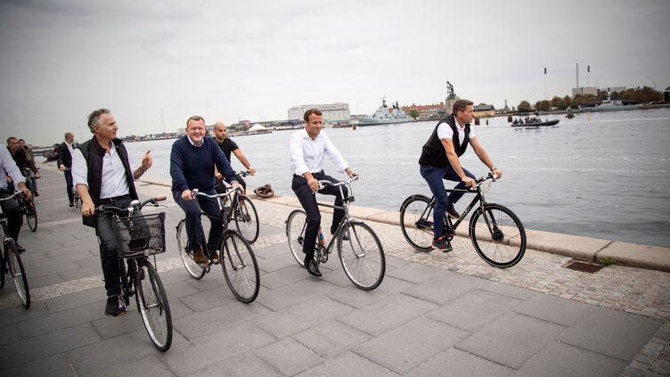 Le Premier ministre danois Lars Lokke Rasmussen (2e en partant de la gauche) à côté d'Emmanuel Macron, le 29 août 2018, à Copenhague (Danemark). (HO / DANISH PRIME MINISTER'S OFFICE / AFP)