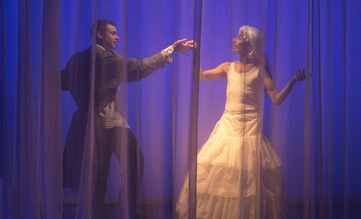 Moment burlesque derrière le rideau transparent, avec le chanteur Loïc Renard et Richard Dubelski qui lâche sa batterie le temps d'une polka... (NABIL BOUTROS)