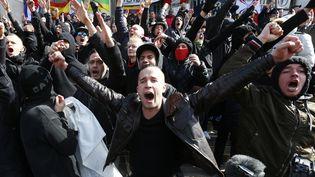 Des hooligans perturbent un rassemblement en hommage aux victimes des attentats, le 27 mars 2016 à Bruxelles. (YVES HERMAN / REUTERS)