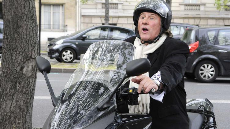 Gérard Depardieu en scooter dans Paris, le 29 mars 2011. (FLORENCE DURAND / SIPA)