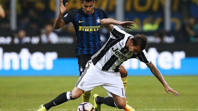Murillo (Inter) au dessus de Mandzukic (Juventus) (MARCO BERTORELLO / AFP)
