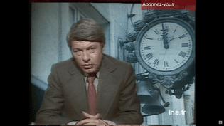 Le présentateur du journal télévisé, Roger Gicquel, présente un sujet sur le premier passage à l'heure d'été, le 26 mars 1976. (INA)