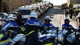 Des policiers en position avant un meeting de Marine Le Pen à Marseille, le 19 avril 2017. (ANNE-CHRISTINE POUJOULAT / AFP)
