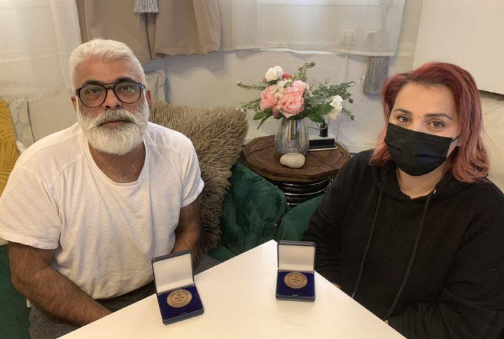 Natalia et Gabriel ont été décorés de la médaille de la Ville de Paris qui a salué le courage et la solidarité dont ils ont fait preuve le soir du 13-Novembre. (MATHILDE LEMAIRE / RADIO FRANCE)