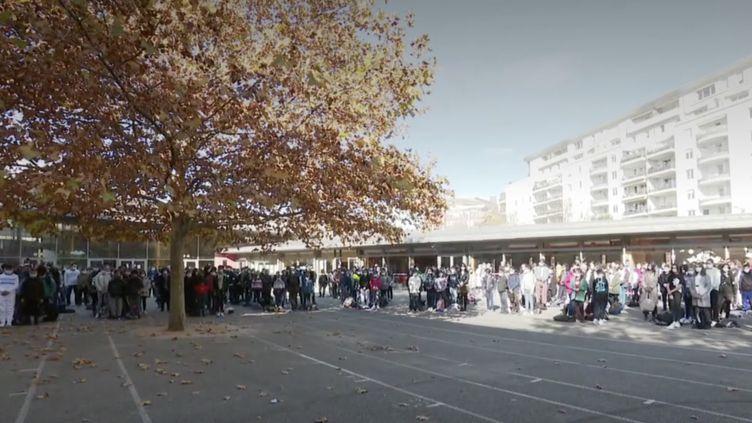Ecoliers, collégiens et lycéens ont observé une minute de silence lundi matin, pour rendre hommage au professeur Samuel Paty, assassiné il y a un peu plus de deux semaines. Un moment d'émotion suivi par des échanges sur la liberté d'expression et la laïcité à l'école. (France 2)