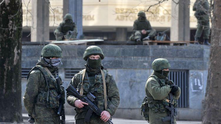 Des hommes en armes dans les rues de Simferopol (Ukraine), le 1er mars 2014. (GENYA SAVILOV / AFP)