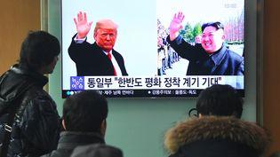 Les gens regardent un reportage télévisé montrant des photos du président américain Donald Trump et du dirigeant nord-coréen Kim Jong-un dans une gare de Séoul (Corée du Sud), le 9 mars 2018. (JUNG YEON-JE / AFP)