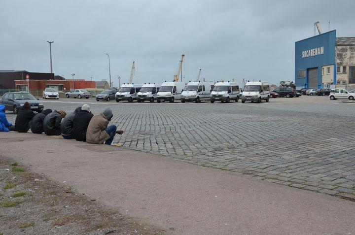 A Calais (Pas-de-Calais), la distribution de nourriture aux migrants se fait sous la surveillance des CRS. (THOMAS BAIETTO / FRANCETV INFO)