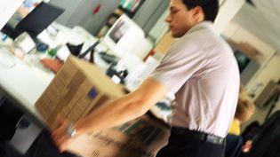 Un salarié déménage son bureau avant de quitter l'entreprise. (MAXPPP)