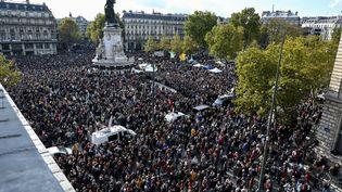 Des milliers de personnes rassemblées place de la République, à Paris,en hommage à Samuel Paty, le 18 octobre 2020. (BERTRAND GUAY / AFP)