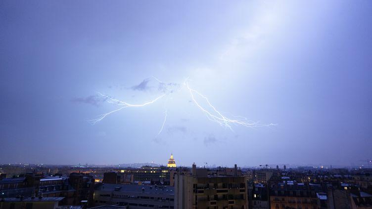 Des éclairs illuminent le ciel parisien lors d'un orage, le 10 juin 2014. (CITIZENSIDE / ROMAIN PELLEN / AFP)