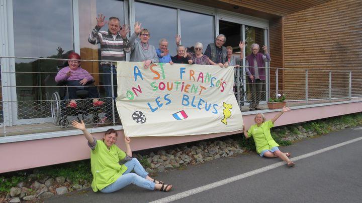 Les résidents de l'Ehpad Saint-François à Saint-Martin-des-Champs (Finistère) supportent l'Equipe de France de football pour l'Euro. (COLLECTION PRIVEE)