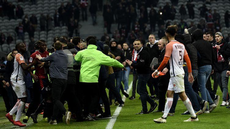 Des supporters du Losc envahissent la pelouse du stade Pierre Mauroy à Lille (Nord), le 10 mars 2018. (AFP)